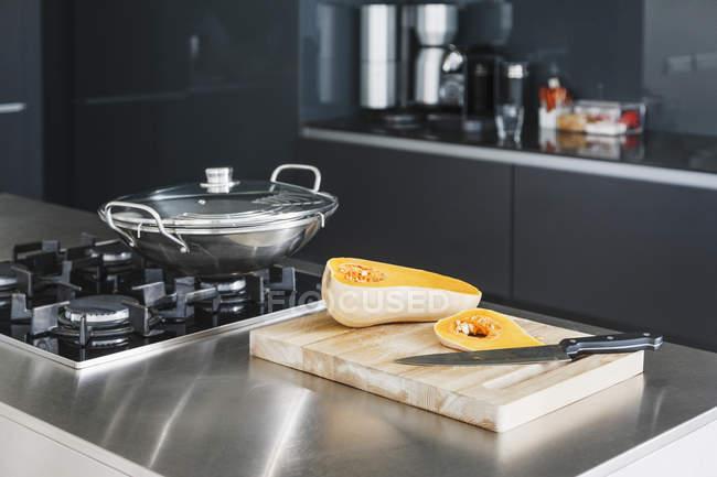 Abóbora em fatias no interior da cozinha moderna — Fotografia de Stock