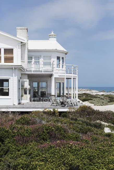 Spiaggia casa facciata con vista oceano — Foto stock
