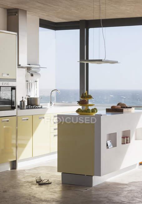 Интерьер современной кухни с видом на океан — стоковое фото