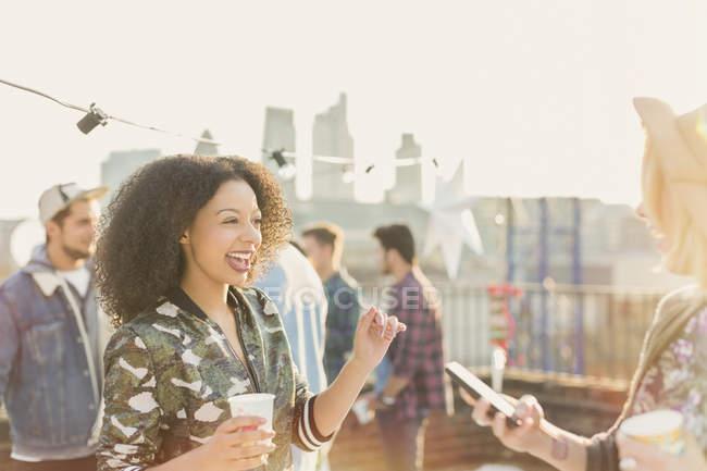 Jeunes femmes enthousiastes profitant de la fête sur le toit — Photo de stock