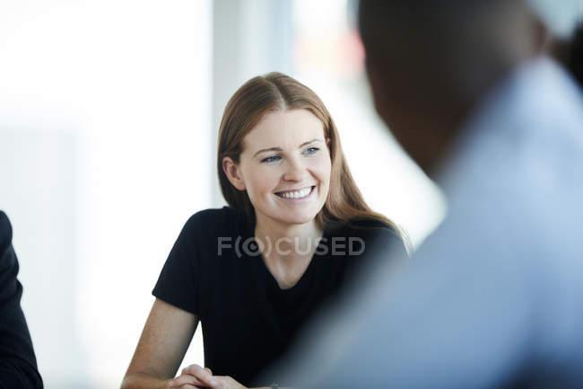 Lächelnde Geschäftsfrau bei Treffen — Stockfoto