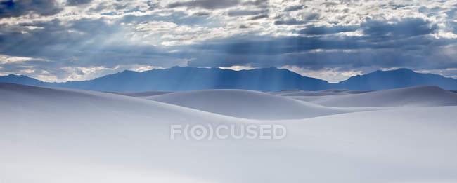 Rayons de soleil sur des dunes de sable blanc tranquilles, White Sands, Nouveau-Mexique, États-Unis — Photo de stock
