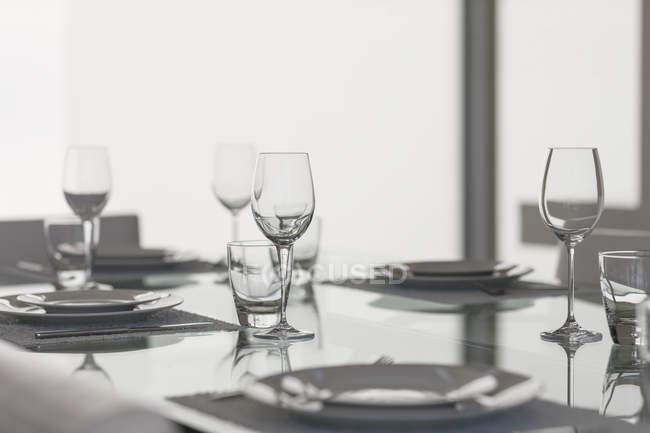 Conjunto de mesa en el comedor interior - foto de stock