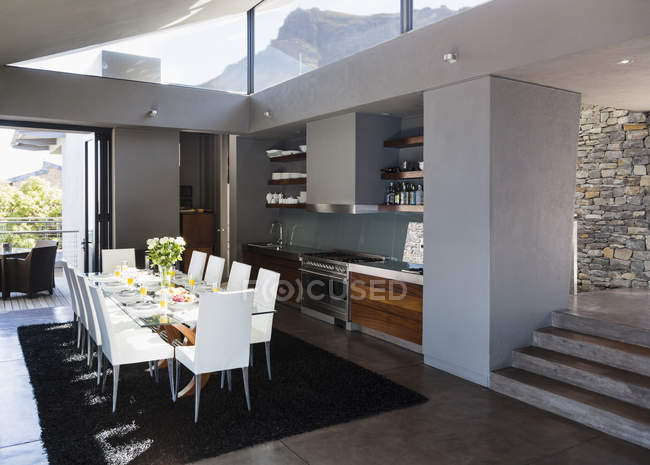 Table and chairs in modern dining room — Stock Photo