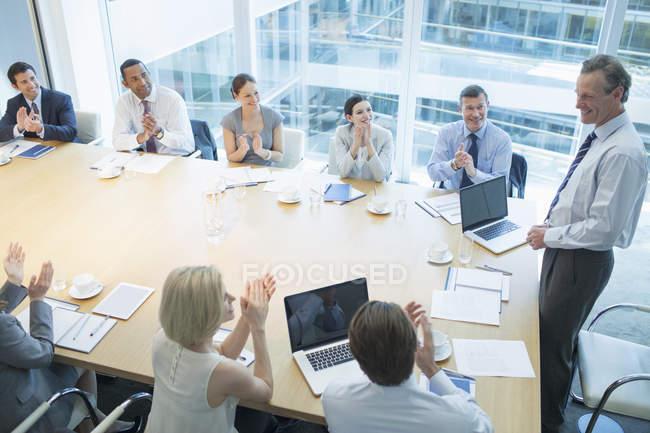Business-Leute klatschten in treffen — Stockfoto