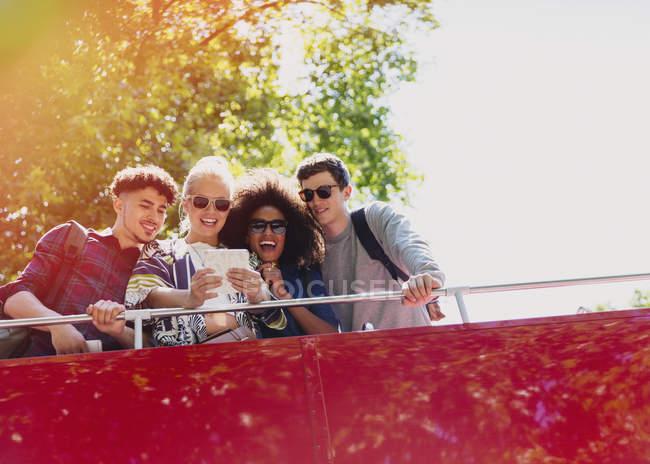 Amis prenant selfie sur le bus à deux étages — Photo de stock