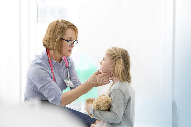 Pediatra verificação paciente garota? glândulas s na sala de exame — Fotografia de Stock