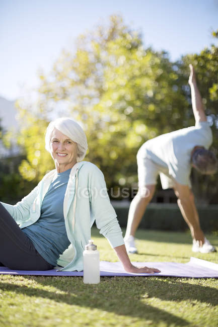 Упражнения для пожилых пар в парке — стоковое фото