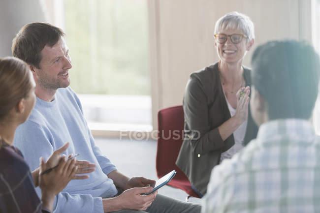 Pessoas de negócios sorridentes conversando em reunião — Fotografia de Stock