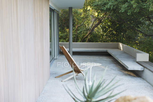 Cadeira e mesa no pátio moderno durante o dia — Fotografia de Stock