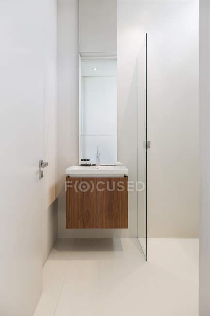 Pia branca no interior da casa de banho moderna — Fotografia de Stock