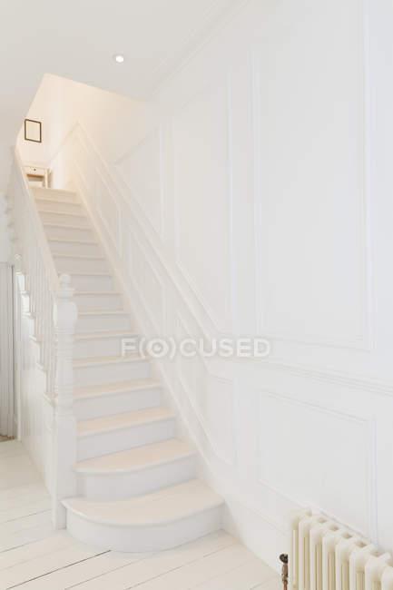 Weiße Treppe in modernem Haus — Stockfoto