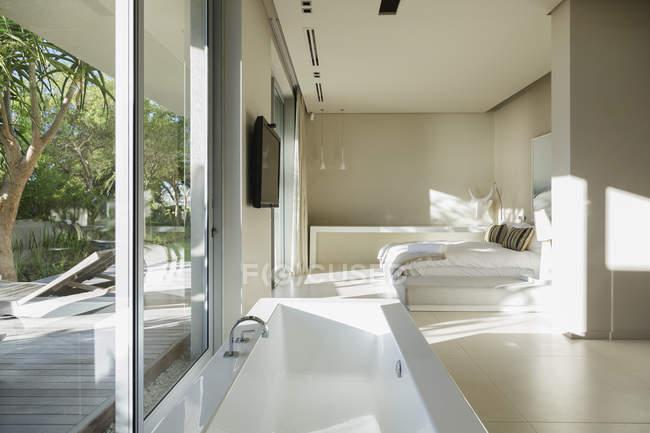 Vasca Da Bagno Nella Camera Da Letto : Vasca da bagno nella camera da letto moderna master interior u al