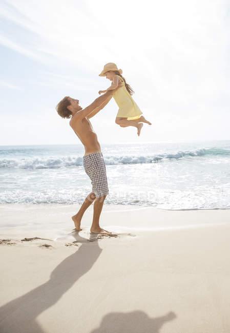 Vater und Tochter spielen am Strand — Stockfoto