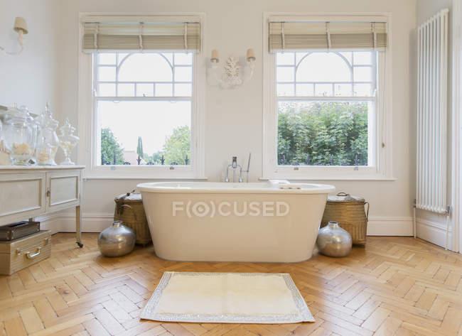 Home showcase interior bathtub and parquet floor — Stock Photo