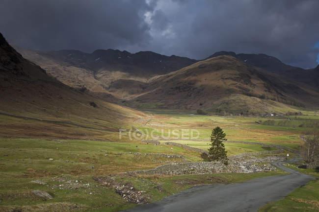 Nuvens de tempestade rural colinas — Fotografia de Stock