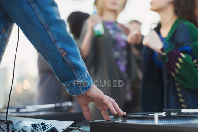 DJ spinning records at party — Stockfoto