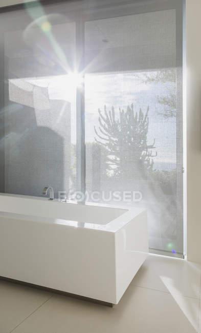 Scenic view of sun shining through bathroom window — Stock Photo