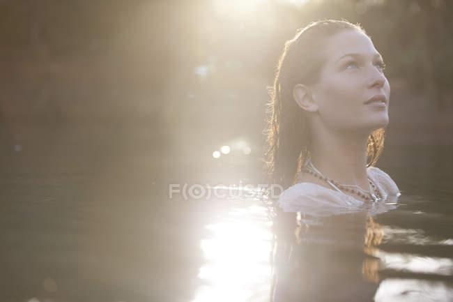 Mulher Serena no lago durante o dia — Fotografia de Stock