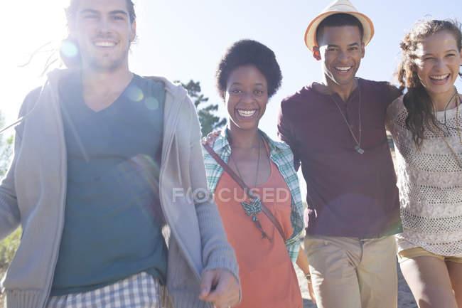 Портрет посміхаючись друзів денний час — стокове фото