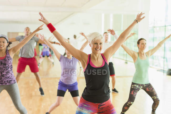Fitness instructor leading aerobics class — Stockfoto