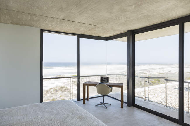 Бюро в сучасні спальні з видом на океан — стокове фото