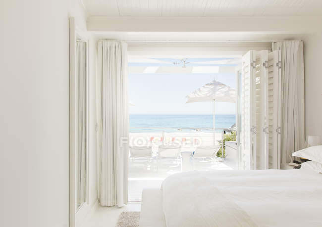 Modern bedroom overlooking beach and ocean — Stock Photo
