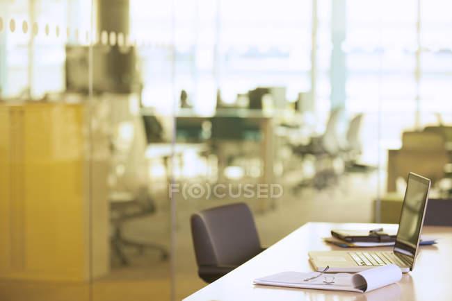 Ноутбук на столі в офісі — стокове фото