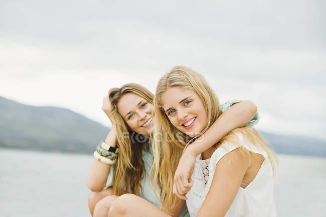 Портрет молодых улыбающихся женщин на улице — стоковое фото