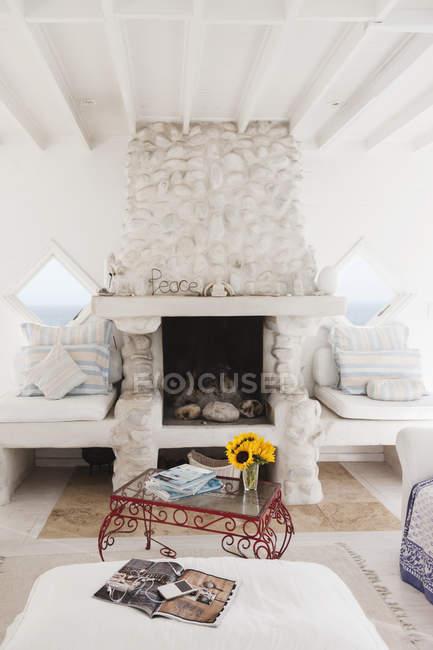 Couchtisch und Kamin im weißen Wohnzimmer — Stockfoto