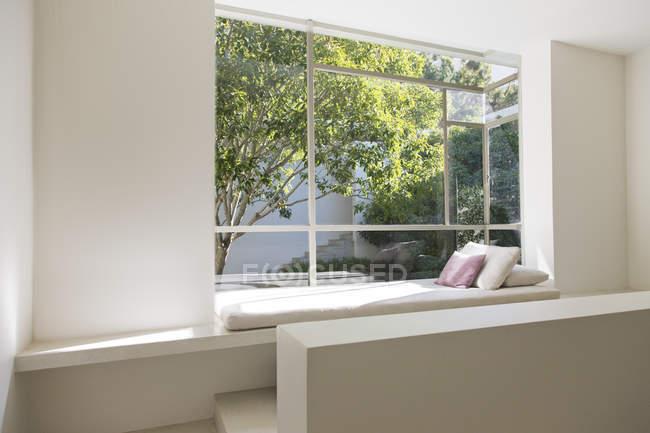 Fensterplatz mit Blick auf Bäume — Stockfoto
