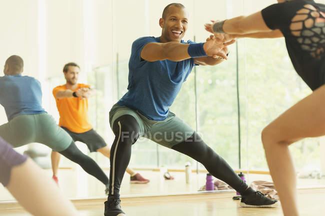 Enthusiastic fitness instructor leading aerobics class — Stockfoto