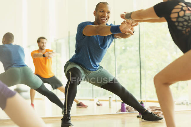 Enthusiastic fitness instructor leading aerobics class — Stock Photo