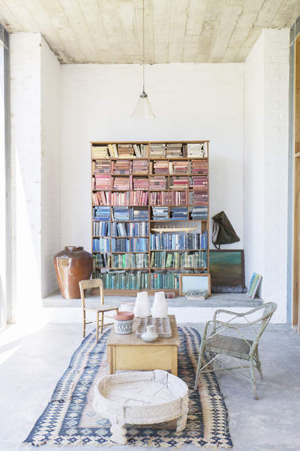 Bookshelves and coffee table in rustic house — Stock Photo