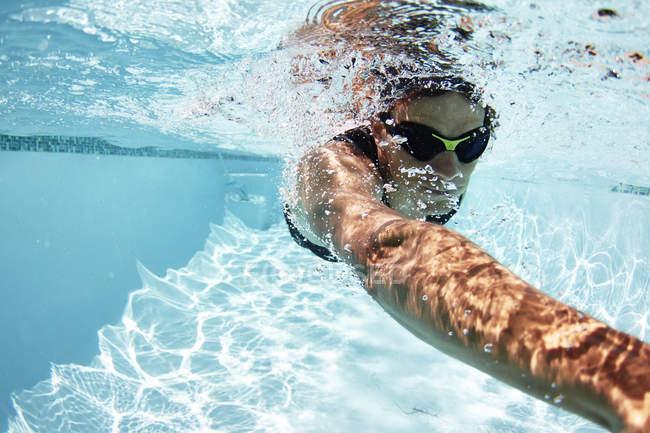 Спортсмен-пловец, плавающий под водой в бассейне — стоковое фото