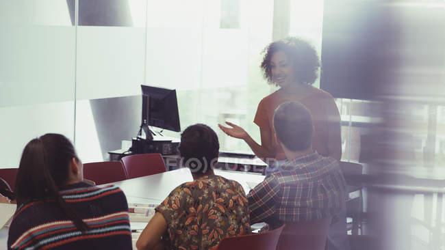 Коледж студенти Дослідницька група в приміщенні — стокове фото