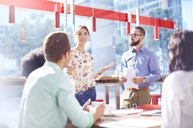 Femme d'affaires leader réunion dans un bureau ensoleillé — Photo de stock