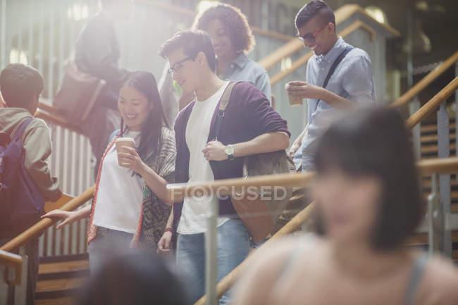 Studenten reden und gehen Treppe hinunter — Stockfoto
