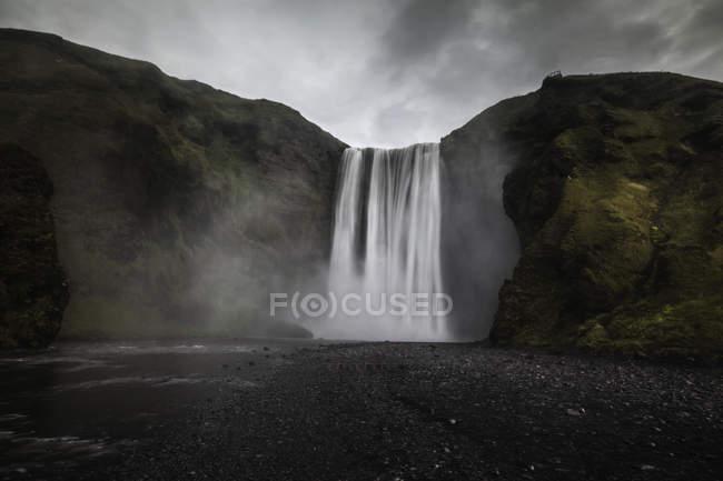 Вид на водопады со скальной скалы — стоковое фото