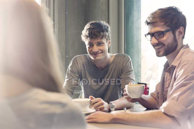 Amis parler et boire du café dans le café — Photo de stock