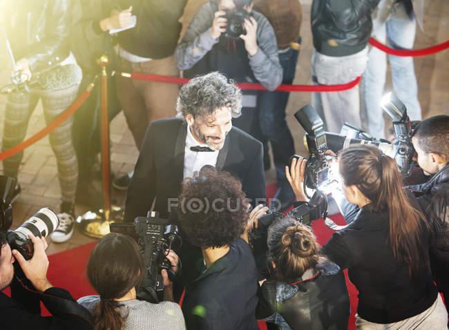 Знаменитість інтерв'ю і сфотографували папарацці фотографів на червоний килим події — стокове фото