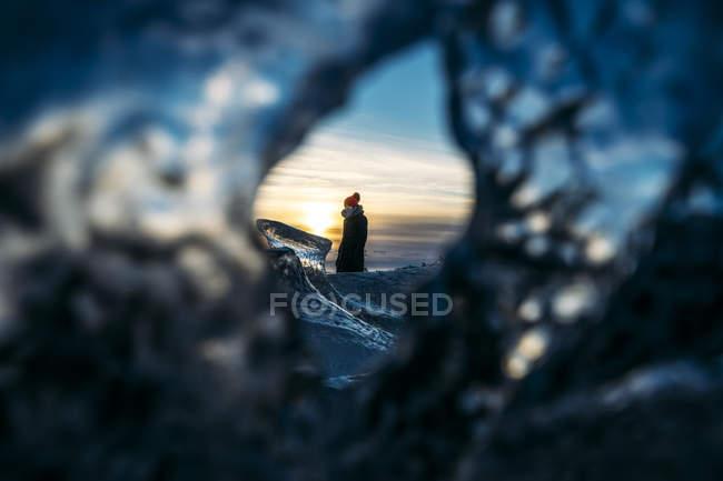 Перегляд жінка через дірку в льоду, Ісландія — стокове фото