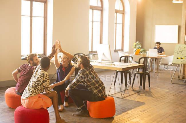 Gens d'affaires décontractée joignant les mains en réunion dans le Bureau — Photo de stock