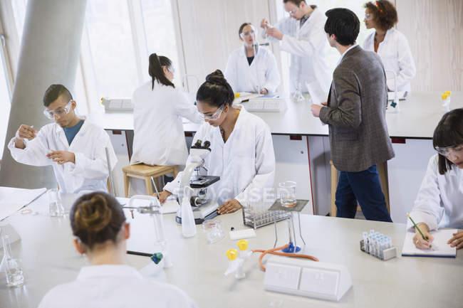 Studenti di College conducendo scientifico esperimento in aula laboratorio di Scienze — Foto stock