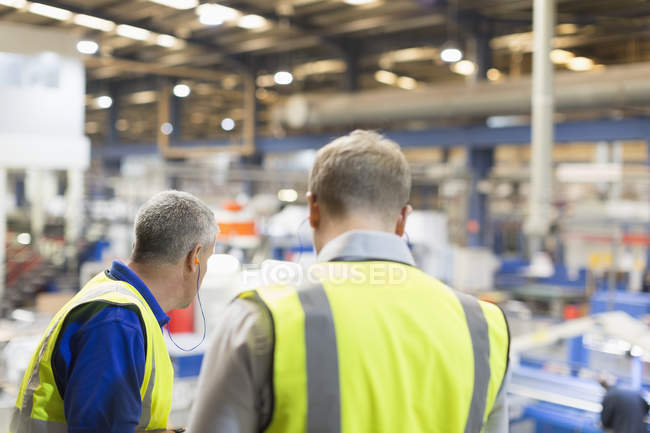 Supervisor and worker in steel factory — Stock Photo
