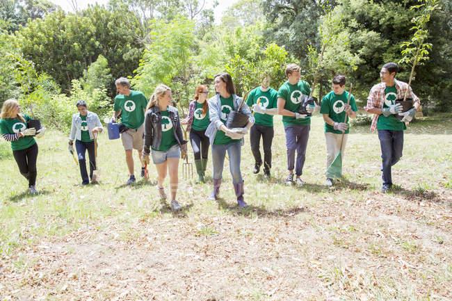 Environmentalist volunteers planting new tree — Stock Photo
