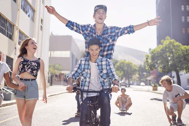 Teenager Freunde Bmx Fahrrad und Skateboarden auf der sonnigen urban street — Stockfoto
