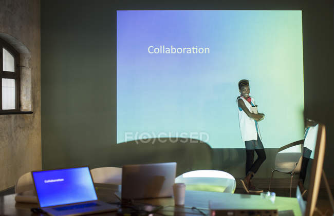 Geschäftsleute bereiten audiovisuelle Präsentation über Zusammenarbeit im Konferenzraum vor — Stockfoto