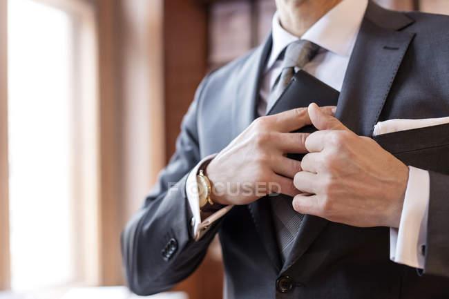 Chiuda in su dell'uomo d'affari recupero portafoglio da giacca — Foto stock
