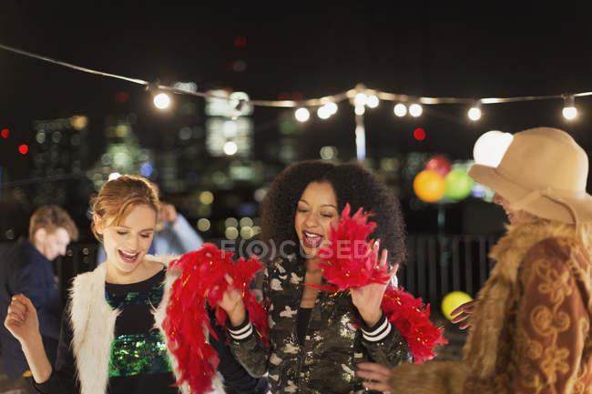 Giovani donne che ballano alla festa sul tetto — Foto stock